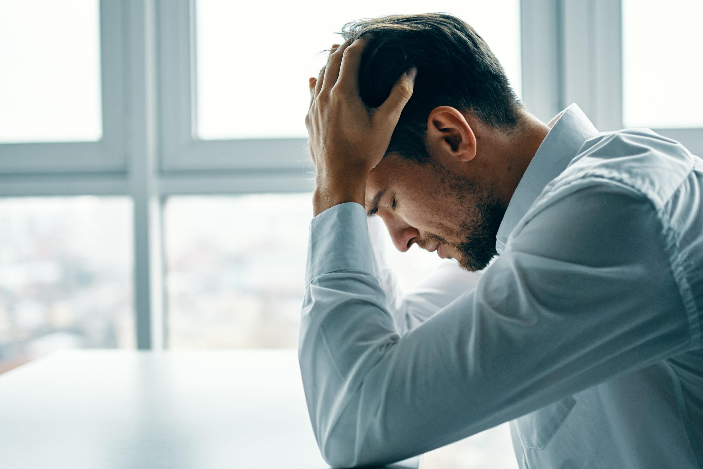 Homme dans la douleur de la perversion narcissique