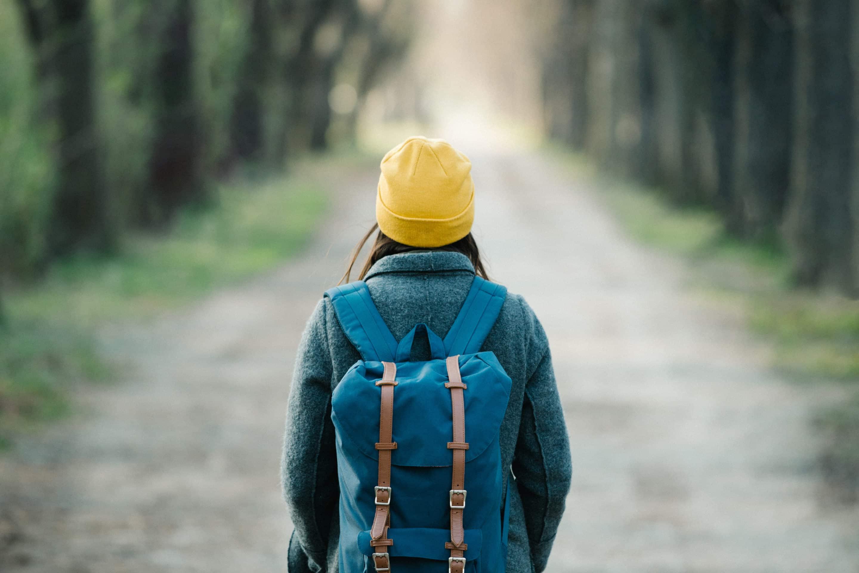 Femme sur le départ : une nouvelle route s'ouvre à elle.